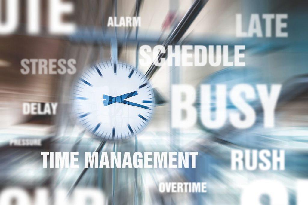 Weniger arbeiten mehr leben - Bild mit vielen Uhren und Hektik