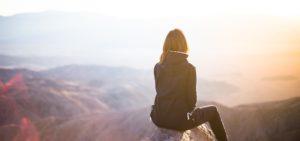 Wie werde ich erfolgreich - Bild von Frau die in Sonnenuntergang schaut