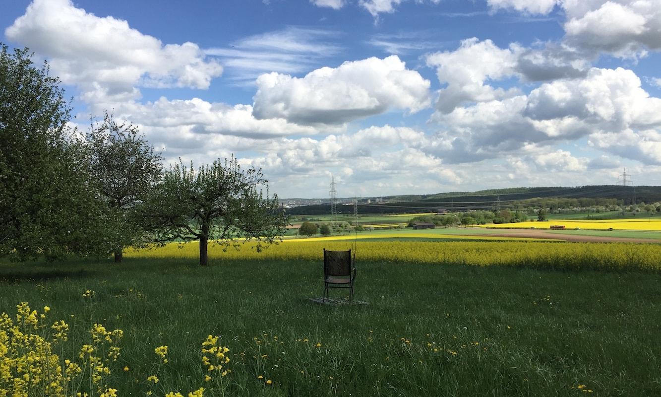 Stress abbauen - Bild von Feld mit Stuhl
