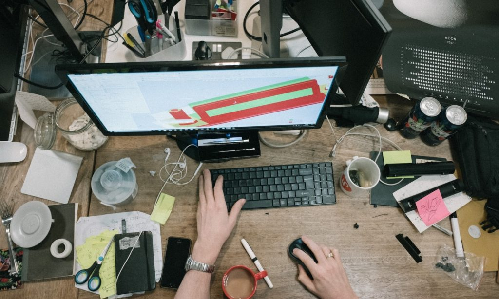 Stress abbauen - Bild von Unordnung und Stress am Schreibtisch