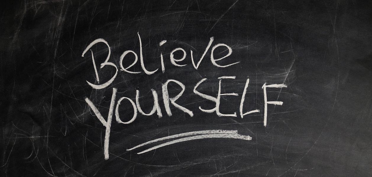 Belive yourself - Bild von Schrift auf Tafel