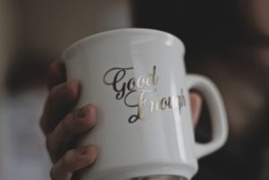 Perfektionismus ablegen - Schriftzug Good Enough auf Tasse