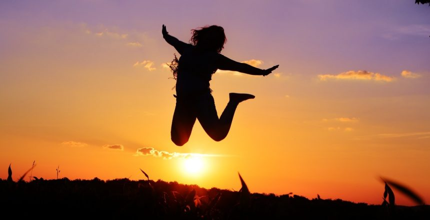 Erfülltes Leben führen - Bild von Frau die Freudensprung macht