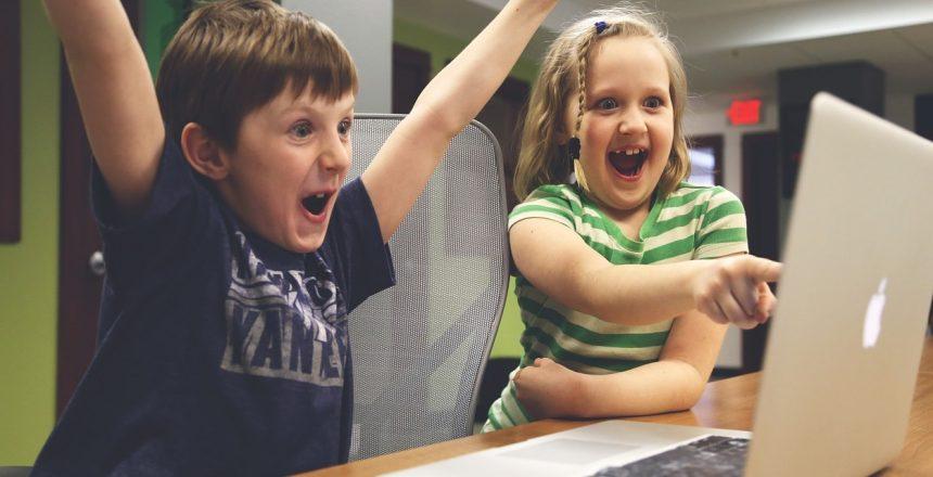 Selbstbewusstsein oder Selbstverständlichkeit - Zwei Kinder freuen sich über eine Nachricht am Laptop