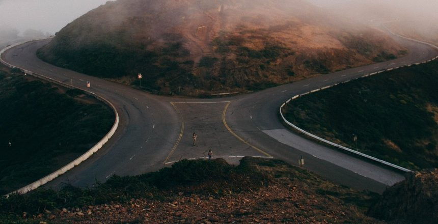 Selbstzweifel überwinden - Gabelung einer Straße